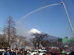 富士宮市消防の出初式の一斉放水.jpg